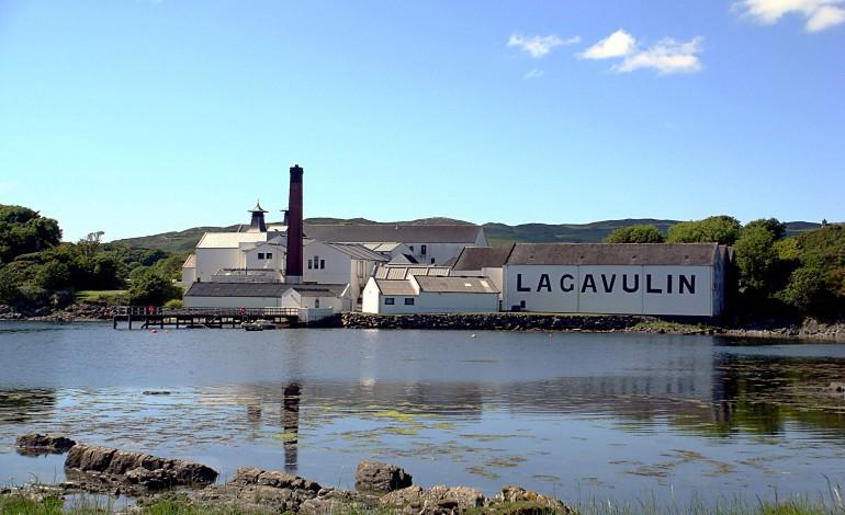 Face to Face : Lagavulin 8 years old 200th anniversary vs Malt Pedigree Peatbull 2002/2009 La Maison Du Whisky