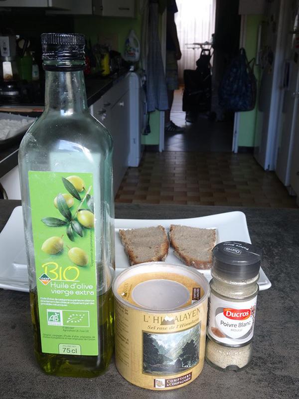 Huile d'olive sel poivre pain